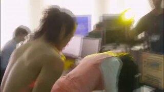 【ハマカワフミエ】映画「モザイクジャパン」より社内でのAV撮影で後背位から挿入され乳首もモロ出しシーン