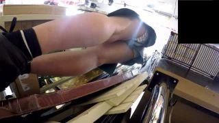 【パンチラ盗撮】ドンキの店員のお姉さんのホットパンツを逆さ撮りしたらパンティ丸見えでしたw