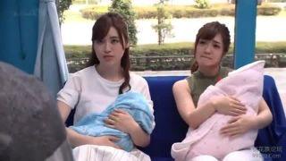 【マジックミラー号】赤子連れの若い人妻2人組を騙してMM号で生挿入!