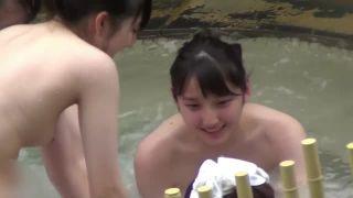 【露天風呂盗撮】まだおっぱいも成長途中の超可愛い女の子を露天風呂で隠し撮り!