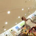 【パンチラ盗撮】子供を連れて買い物中の奥様に密着してピンクのパンティを隠し撮り!
