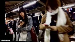 【パンチラ盗撮】駅のホームで可愛い女の子に目星を付けエスカレーターで逆さ撮り!(顔あり)