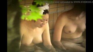 【露天風呂盗撮】女撮り師が温泉の露天風呂でいいおっぱいしてる娘を狙いうち撮影!