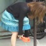 【パンチラ盗撮】マジやばい!パンティをポールに繋げられた娘はノーパンになりましたw