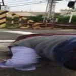 【個人撮影流出】変態夫婦が踏切で後背位で電車が通る瞬間に発射w