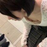【胸チラ盗撮】靴を買いに来ている黒髪の美少女をパンチラは無理だったので上から撮影w