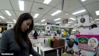 【パンチラ盗撮】買い物に来ていた綺麗なお姉さんに決死の純白パンティ逆さ撮り!
