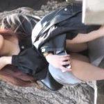 【パンチラ盗撮】公園でしゃがみ込んでいるお姉さんの黒パンティが見えていたので激撮!
