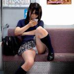 【パンチラ盗撮】電車内でスマホに夢中の黒髪JKのパンティ及び陰毛が見え放題な件