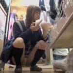 【パンチラ盗撮】女子高生達のしゃがみ込みパンチラをまとめました!