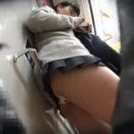 【パンチラ盗撮】電車で見つけたミニスカJKを徹底追跡!スマホに夢中で盗撮に気付きませんw