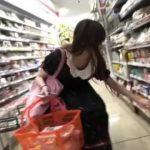 【パンチラ盗撮】お気に入りの地下アイドルのコンビニでの買い物時を連日逆さ撮り!