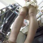 【パンチラ盗撮】本屋で立ち読みをするJDにロックオン!逆さ撮りで白いパンティ激撮!