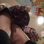 【パンチラ盗撮】ドンキで買い物中のミニスカJKのイチゴ柄生パンツを逆さ撮り!