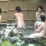 【露天風呂盗撮】某温泉の露天風呂の模様、ギャルもおばちゃんもくつろいでいますw