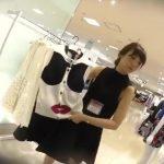 【パンチラ盗撮】大阪の綺麗なアパレル店員さんに相談してると見せかけ逆さ撮り!
