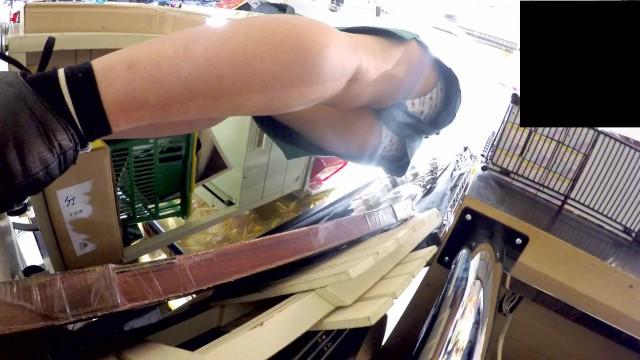 【パンチラ盗撮】ドンキの女店員さんのロリパンツを逆さ撮りしましたw