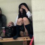 【パンチラ盗撮】M字開脚している女子高生のヒョウ柄パンティが丸見えな件