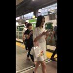 【パンチラ盗撮】白い服を着た清楚そうなお姉さんは意外にも黒パンでした(顔出し有)