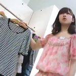 【パンチラ盗撮】可愛いアパレル店員が服の説明をしている時に不謹慎にも逆さ撮り!