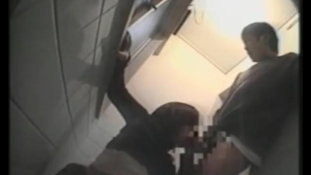 【トイレ盗撮】高校生カップルがトイレでSEXして中出しまでするところを隠し撮り!