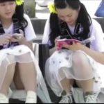 【パンチラ盗撮】双子コーデの可愛い2人組のJKのしゃがみパンチラを隠し撮り!