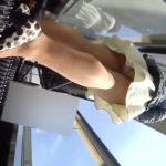 【パンチラ盗撮】ベビーカーを押しながら旦那とデート中の奥様のパンスト越しのパンティ