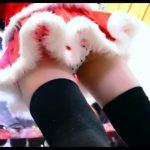 【パンチラ盗撮】サンタのコスプレをした可愛い靴屋の店員さんに相談しながら逆さ撮り!