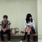 【パンチラ盗撮】母親とベンチに座るJKがしゃがみ込んでパンティ丸見えになる件