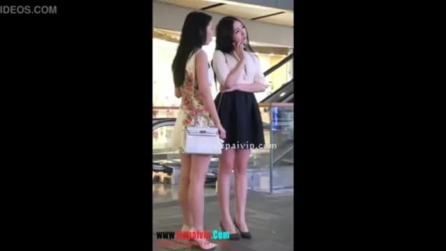 【パンチラ盗撮】海外出張時にショッピングモールで見つけた2人組を逆さ撮りw