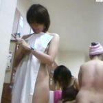 【女湯盗撮】関西の某銭湯の脱衣所の模様を女撮り師が大奮闘で撮影!