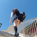 【パンチラ盗撮】ムチャ可愛いJKが風の強い日に階段を上っていたので逆さ撮り!