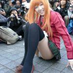 【パンチラ盗撮】金髪コスプレアイドル撮影会で丸見え苺柄のパンティを激撮!
