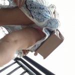 【パンチラ盗撮】彼氏と手を繋いで歩いていた女の子の後ろにつけてパンティ逆さ撮り!