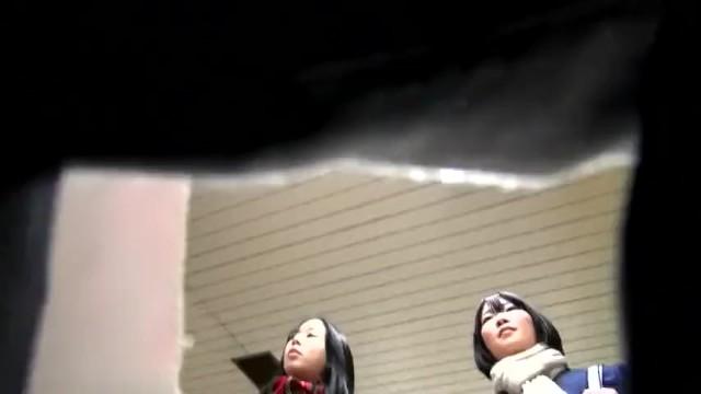 【パンチラ盗撮】駅構内で可愛い2人組のJKを見かけたので後ろを付けて逆さ撮り!