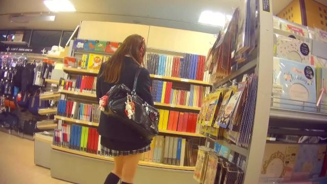 【パンチラ盗撮】文房具売り場に来ていた可愛いミニスカJKを徹底マークして逆さ撮り!