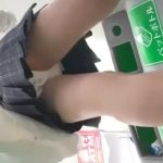 【パンチラ盗撮】ファミマで買い物をしていたミニスカJKのパンティ撮りまくりw