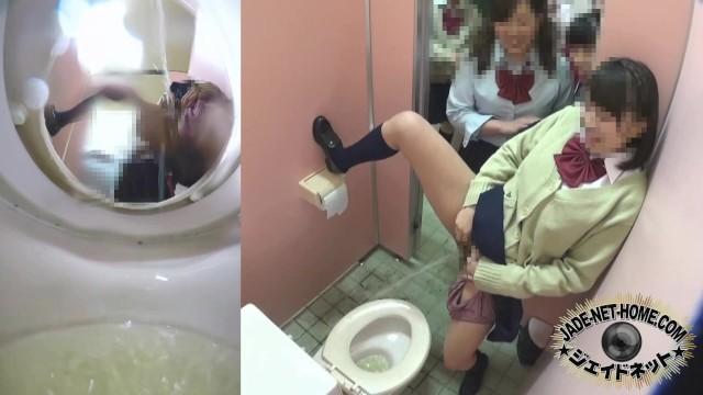 【これはヤバイやつ】可愛い制服JK達がふざけながら学校のトイレで放尿するw