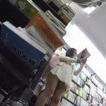 【パンチラ盗撮】本屋で立ち読みをする綺麗なJDにロックオンして逆さ撮り!