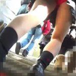 【パンチラ盗撮】電車で見かけた激カワJKを追跡して真っ赤なパンティ逆さ撮り!