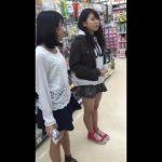 【パンチラ盗撮】スーパーに来ていたJC2人組をまとめて逆さ撮り!(顔出し有)