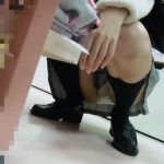 【パンチラ盗撮】化粧品選びをしている無防備な私服JKを逆さ撮りしましたw