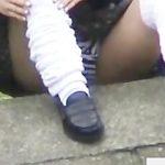 【パンチラ盗撮】いたいけない制服JKが野外でベタ座りパンティ丸見え集